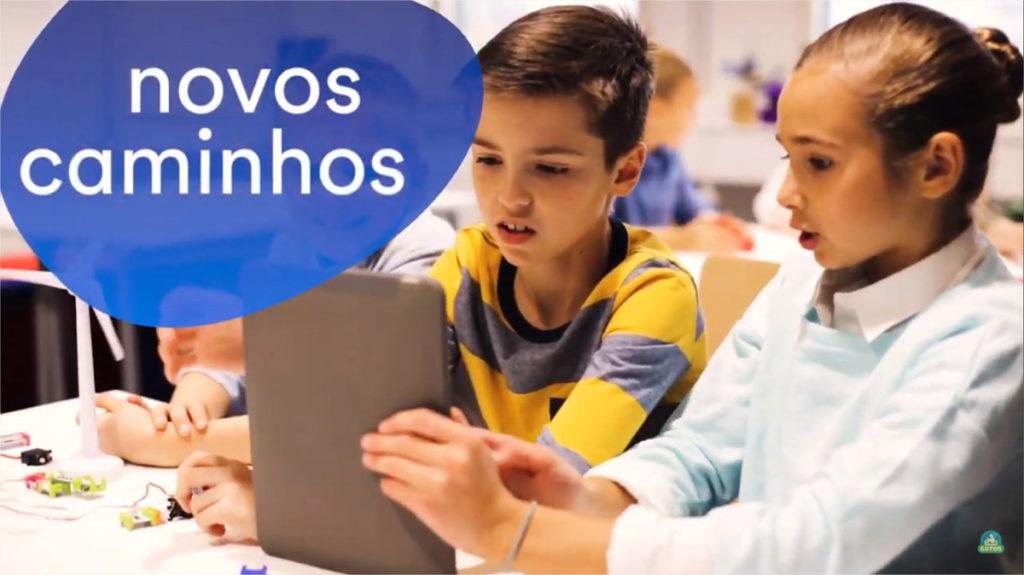 novos caminhos criança lendo em tablet