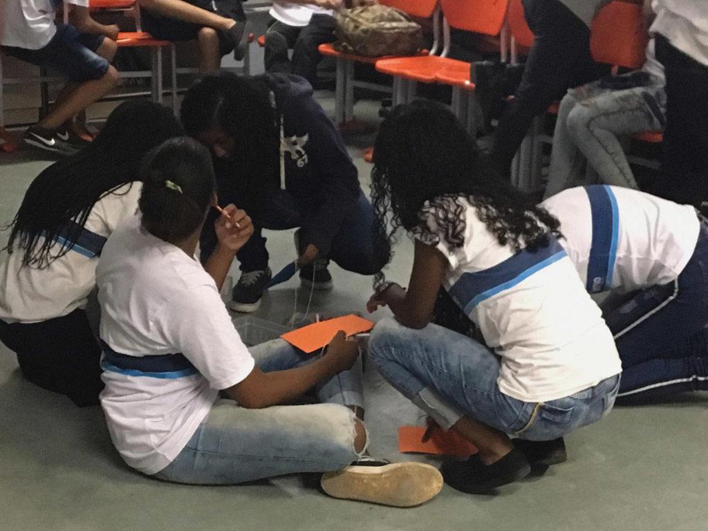 alunas se reúnem para discutir a atividade durante o Projeto Revoar